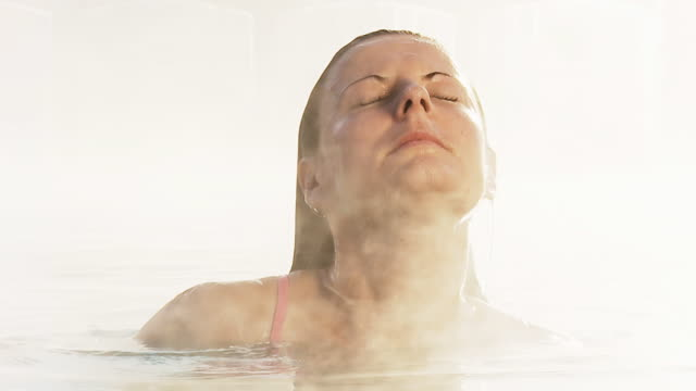 hd 슬로우 모션: 여자 나오는 뜨거운 튜브 - 스파 온천 스톡 비디오 및 b-롤 화면