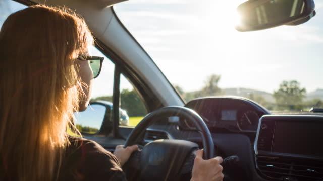 vídeos de stock, filmes e b-roll de mulher pendulares para e do trabalho de carro - carro mulher