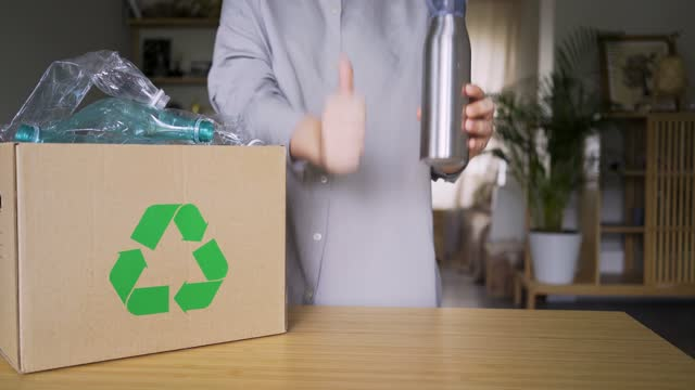 vídeos de stock e filmes b-roll de woman compare single-use and reuse water bottle - box separate life