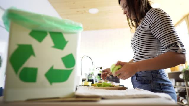 vídeos de stock e filmes b-roll de woman composting organic kitchen waste - comida sustentavel