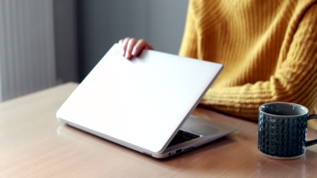婦女關注過度使用筆記本電腦的互聯網關閉蓋 - laptop 個影片檔及 b 捲影像