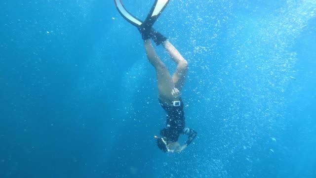 vídeos y material grabado en eventos de stock de mujer constante peso buceo en el mar profundo, freediving. - buceo con equipo
