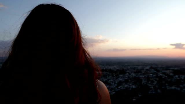 donna contemplando la città - dorso umano video stock e b–roll