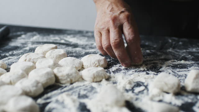 vídeos de stock e filmes b-roll de woman cook manually sculpts dumplings stuffed with cherries - ravioli