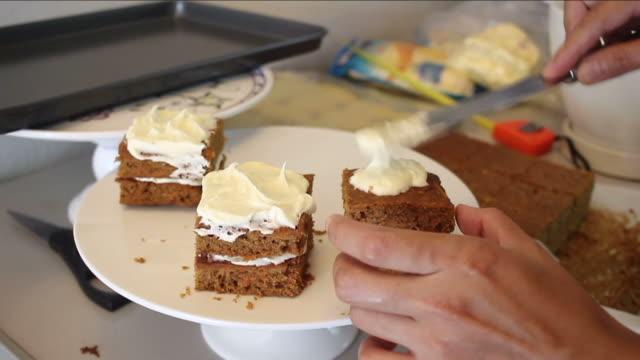 vídeos y material grabado en eventos de stock de mujer pastel de cocina - comida salada