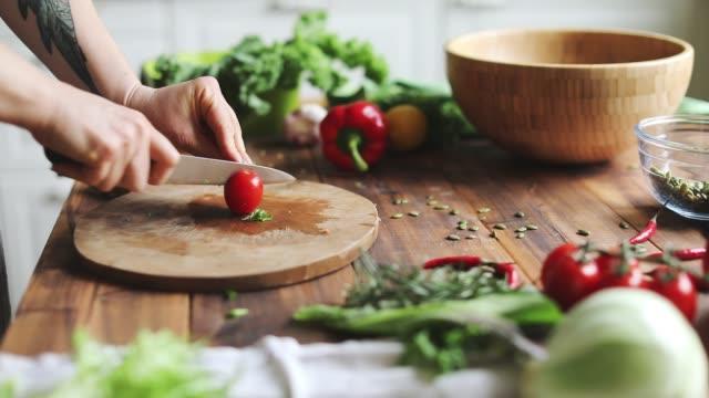 vídeos de stock, filmes e b-roll de mulher que cozinha o alimento saudável - sem glúten