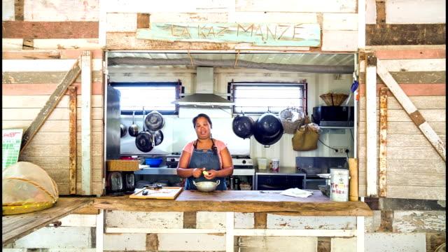 donna cucinare nella cucina - isole mauritius video stock e b–roll