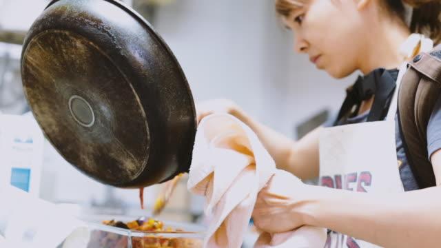 台所で調理する女性 - 日本人のみ点の映像素材/bロール