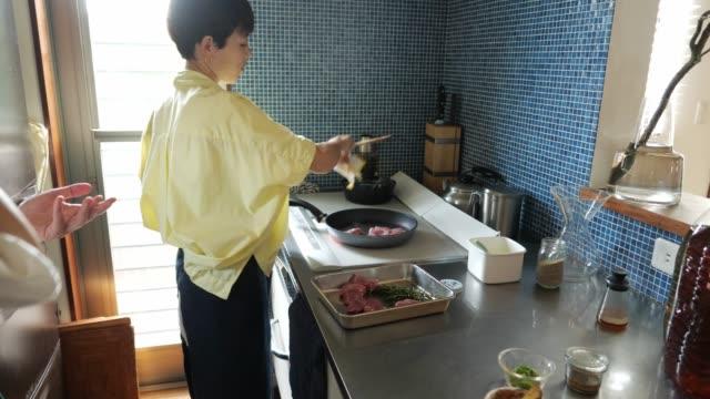ihクッキングヒーターで豚肉を調理する女性 - 自家製点の映像素材/bロール