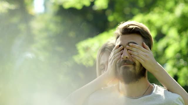 女性カバー マン目後ろから公園で ビデオ