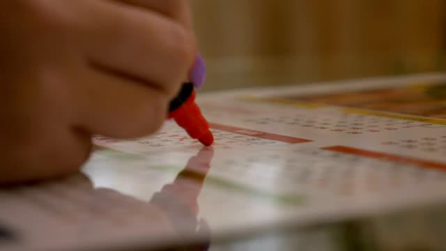 vidéos et rushes de femme traversant le jours de ses menstruations concept naissance de commande de planification sur un calendrier - agenda