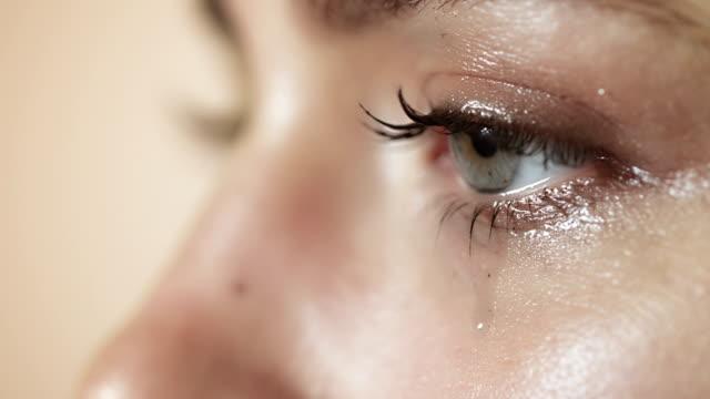donna piangere primo piano - strillare video stock e b–roll