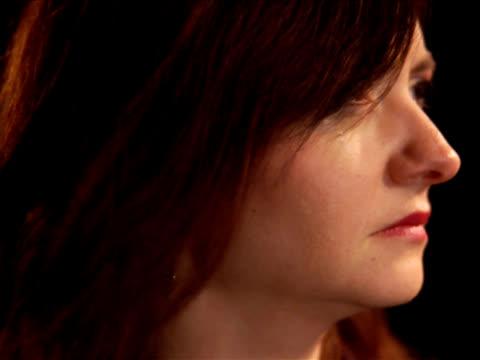 vídeos de stock e filmes b-roll de pal-mulher chorar - só mulheres jovens