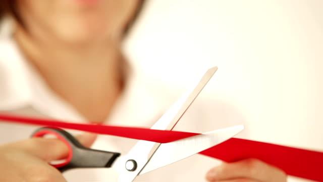 여자 사진 카메라 깜박임에서 깜박 하면서 의식 빨간 테이프를 인하 - ribbon 스톡 비디오 및 b-롤 화면