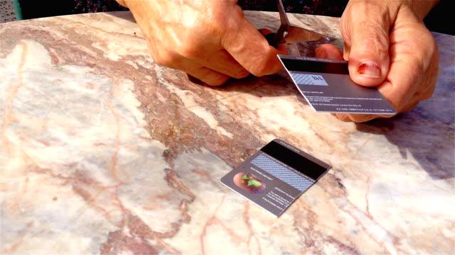 女性クレジット カードを切断 - 経済破綻点の映像素材/bロール