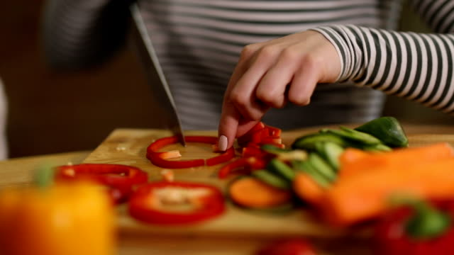 vídeos de stock e filmes b-roll de woman cutting organic vegetables - utensílio