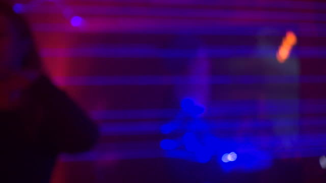 vídeos de stock e filmes b-roll de woman dances in night club - berlin wall