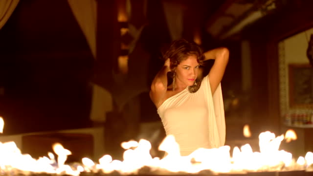 vídeos y material grabado en eventos de stock de woman dances frente a la chimenea - mujer seductora