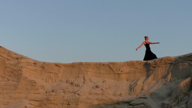 kvinna dansar på sanddynerna. - piruett bildbanksvideor och videomaterial från bakom kulisserna