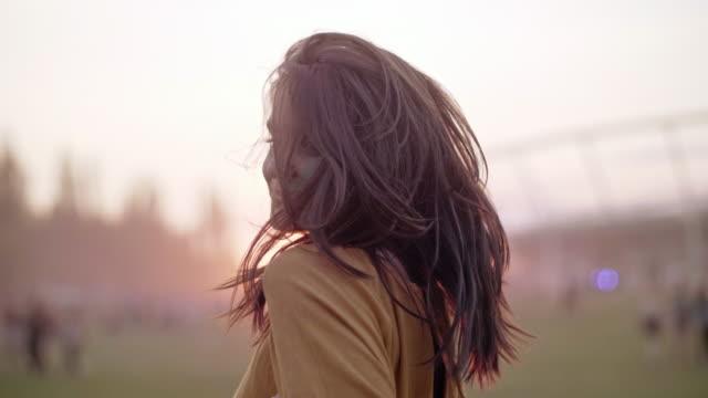 아름 다운 일몰 중 춤 여자 - 전통 페스티벌 스톡 비디오 및 b-롤 화면