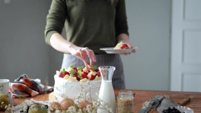 Mulher de decoração de bolo com frutas - vídeo