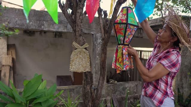 vídeos de stock, filmes e b-roll de mulher decorando festa junina - tradição