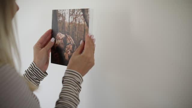 写真で彼女の壁を飾る女性 - 壁点の映像素材/bロール