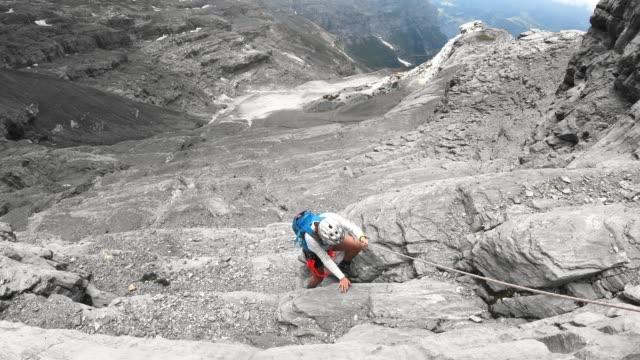 kvinna ner via ferrata spår i schweiz - wengen bildbanksvideor och videomaterial från bakom kulisserna