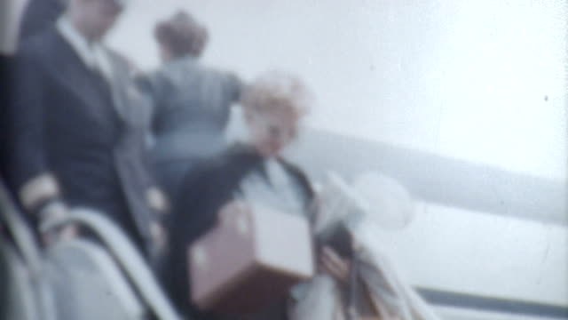 disembarks 1950 年代の女性 - アーカイブ画像点の映像素材/bロール