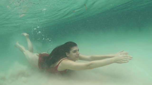 kobieta nurkująca w zapierających dech w piersiach zapałach i wodospadzie w tocantins, brazylia - ekoturystyka filmów i materiałów b-roll