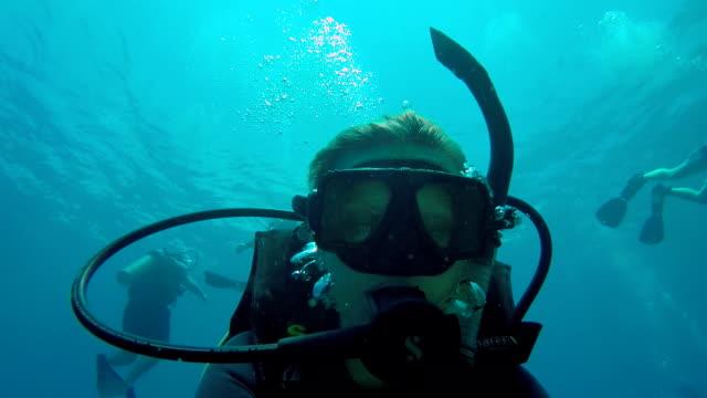 Mujer de buceo en Utila - vídeo