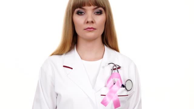 청진 기 분홍색 리본 에이즈 기호 4k와 여성 의사 - breast cancer awareness 스톡 비디오 및 b-롤 화면