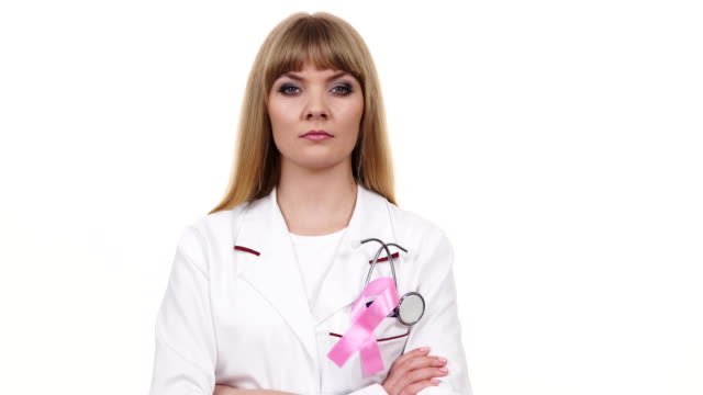 청진기 핑크 리본 에이즈 기호 4k를 가진 여자 의사 - breast cancer awareness 스톡 비디오 및 b-롤 화면