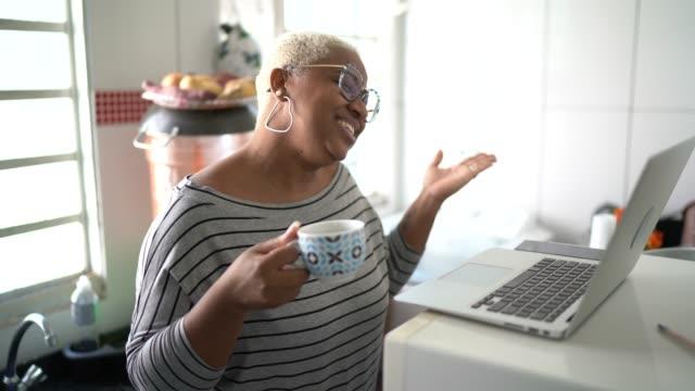 kvinna gör en videokonferens på laptop hemma - saknad känsla bildbanksvideor och videomaterial från bakom kulisserna