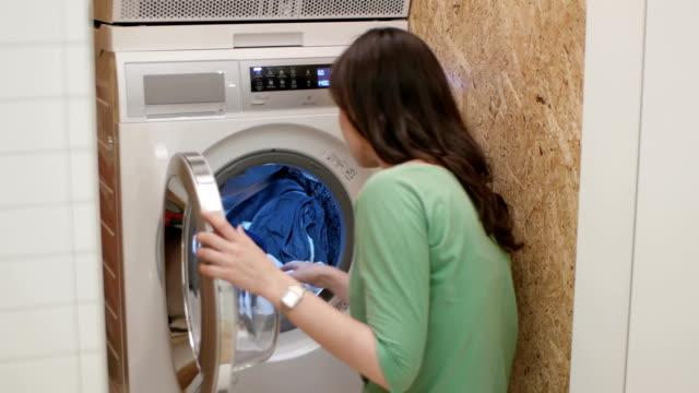 vídeos de stock, filmes e b-roll de mulher fazendo lavanderia - camiseta preta