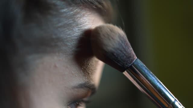vídeos de stock e filmes b-roll de woman doing makeup slow motion - sombra para os olhos
