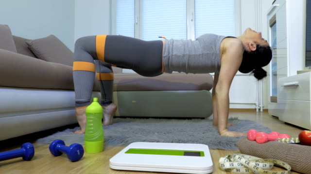 Woman doing stretching on floor - vídeo