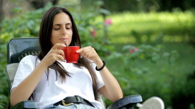 vidéos et rushes de femme buvant café ou thé - thé boisson chaude