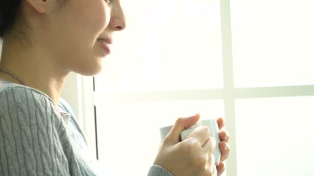 vídeos de stock, filmes e b-roll de janela de café bebida mulher - tea drinks