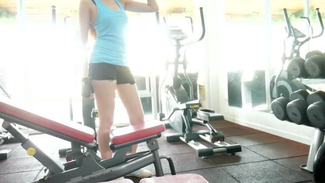 kvinna dricksvatten på gym - black woman towel workout bildbanksvideor och videomaterial från bakom kulisserna