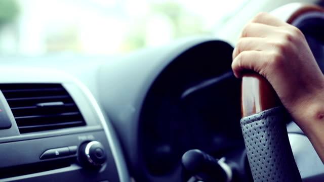 vídeos y material grabado en eventos de stock de mujer en automóvil, coches, mano organice volante - manija