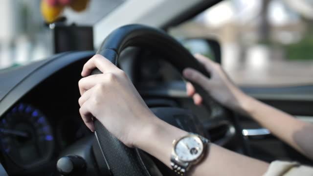 araba kullanan kadın - araba kullanımı stok videoları ve detay görüntü çekimi