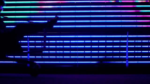 kvinnan kör i kundvagn på ljus bakgrund av köpcentrum, ha roligt - köpnarkoman bildbanksvideor och videomaterial från bakom kulisserna