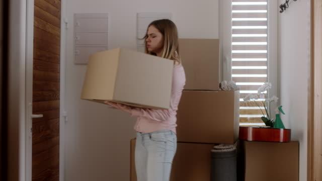 kvinna att släppa ner rutan i hus - flyttlådor bildbanksvideor och videomaterial från bakom kulisserna