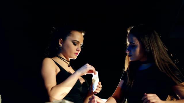 stockvideo's en b-roll-footage met drugsverslaafde vrouw wrijft cocaïne in het tandvlees. - amfetamine