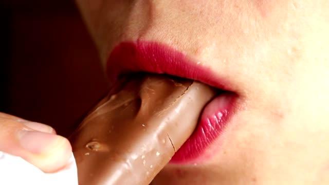 mujer comer barra de caramelo, chocolate, cerrar - vídeo