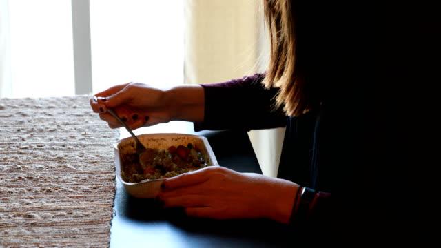 vídeos de stock e filmes b-roll de woman eating food at table - comida pronta