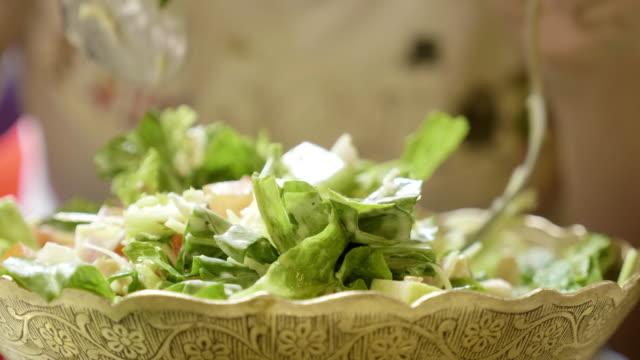 frau grüne gesunde schmackhafte eco salat essen. - salat speisen stock-videos und b-roll-filmmaterial