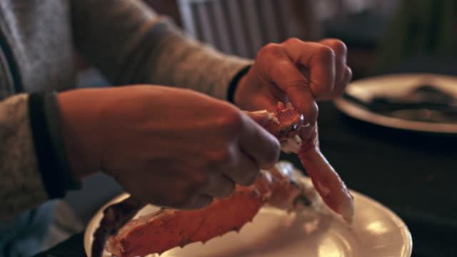 ms-woman essen königskrabbe - fische und meeresfrüchte stock-videos und b-roll-filmmaterial