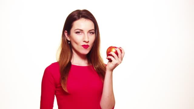Frau Essen roten Apfel Obst lächelnd isoliert auf Weißer Hintergrund – Video